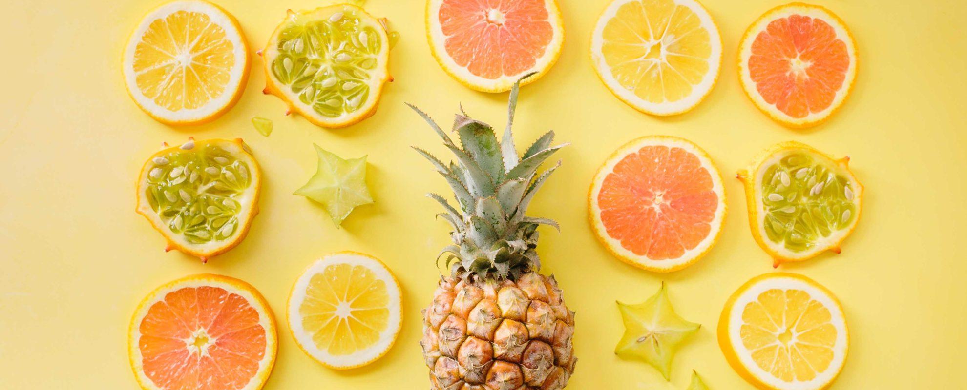 パイナップルと輪切りの柑橘類